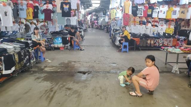 Dịch Covid-19: Công nhân giảm việc, tiểu thương ở chợ ế theo - 6