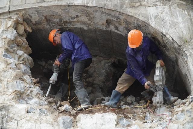 Hà Nội: Cận cảnh quá trình đục thông vòm cầu trăm tuổi tại phố Phùng Hưng - 1