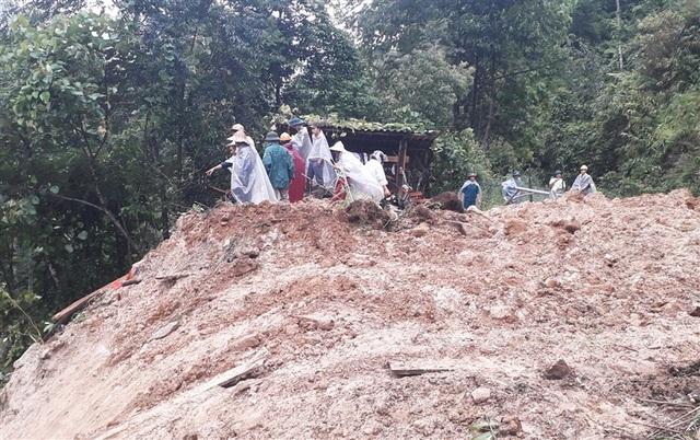 Sạt lở núi vùi lấp một gia đình 4 người ở Sa Pa - 2
