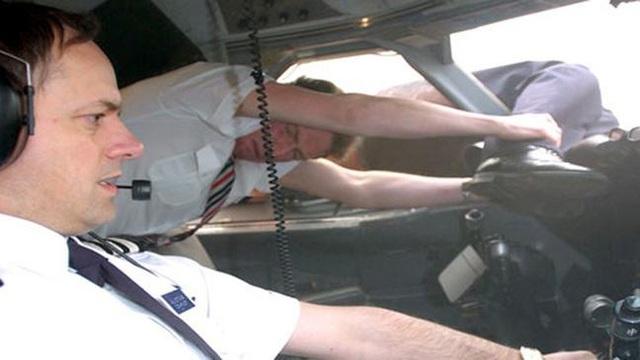 Phút giành giật sự sống hiếm có của cơ trưởng bị hút khỏi máy bay 30 năm trước - 1
