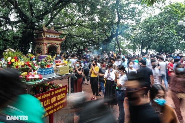 Đóng cửa Phủ Tây Hồ khi hàng trăm khách kéo đến lễ tháng Bảy - 1