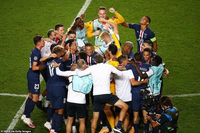Cổ động viên PSG ăn mừng tưng bừng sau khi vào chung kết Champions League - 1