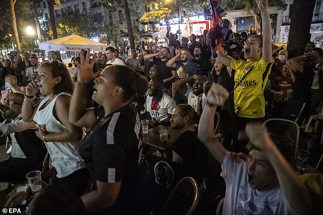 Cổ động viên PSG ăn mừng tưng bừng sau khi vào chung kết Champions League - 2