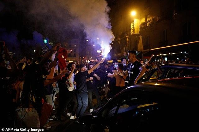 Cổ động viên PSG ăn mừng tưng bừng sau khi vào chung kết Champions League - 7