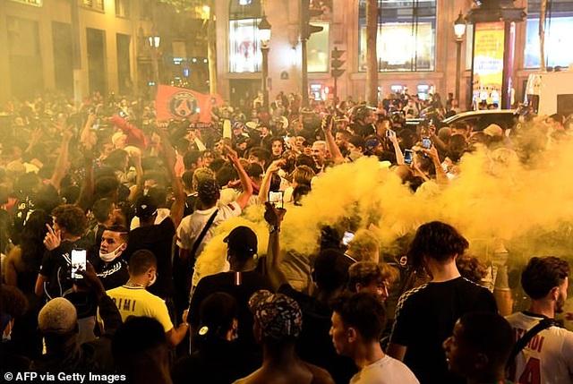 Cổ động viên PSG ăn mừng tưng bừng sau khi vào chung kết Champions League - 6