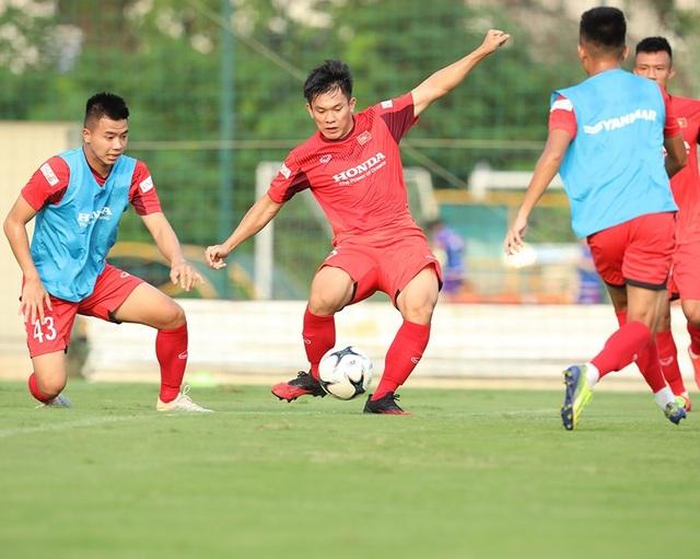 HLV Park Hang Seo nổi cáu, kéo áo cầu thủ U22 Việt Nam - 8