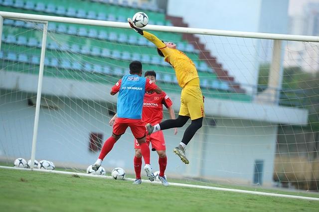 HLV Park Hang Seo nổi cáu, kéo áo cầu thủ U22 Việt Nam - 9