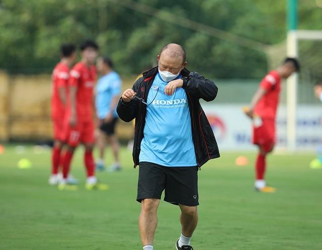 HLV Park Hang Seo nổi cáu, kéo áo cầu thủ U22 Việt Nam - 3