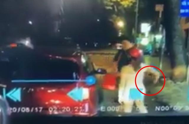 """Cặp đồng tính trộm điện thoại của du khách lọt vào tầm """"quét"""" camera ô tô - 1"""
