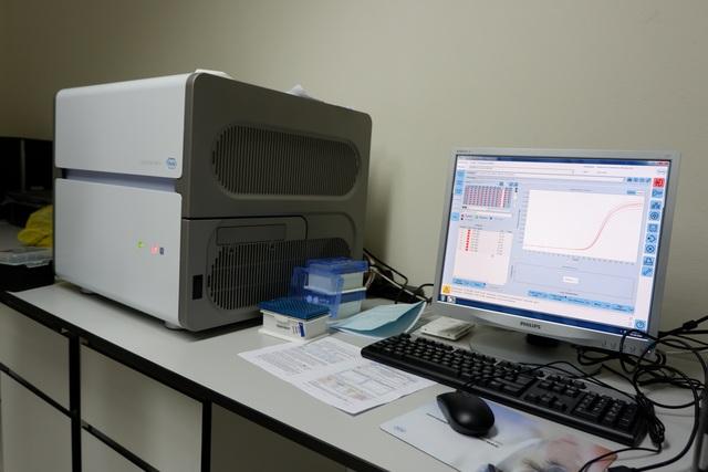 Một ngày tại công xưởng truy tìm virus SARS-CoV-2 - 7