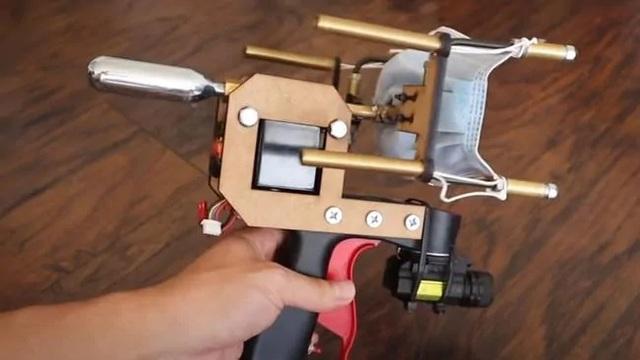 Youtuber chế máy đeo khẩu trang tự động để phòng Covid-19 - 1
