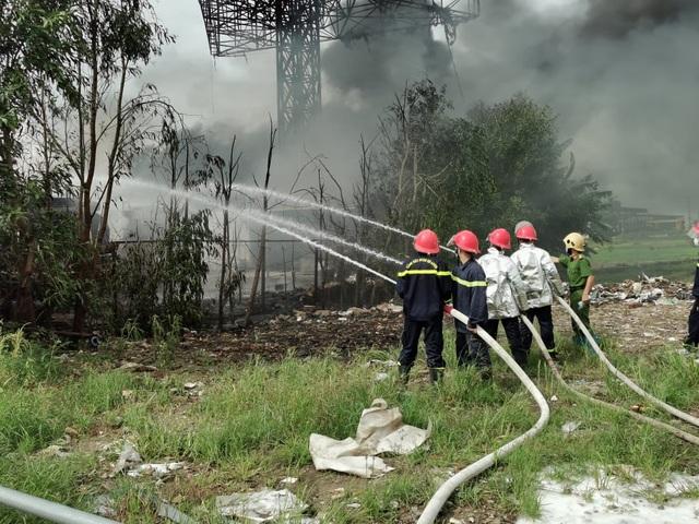 Cháy xe tec chở dầu, lửa lan rộng cả kho bãi xăng dầu - 2
