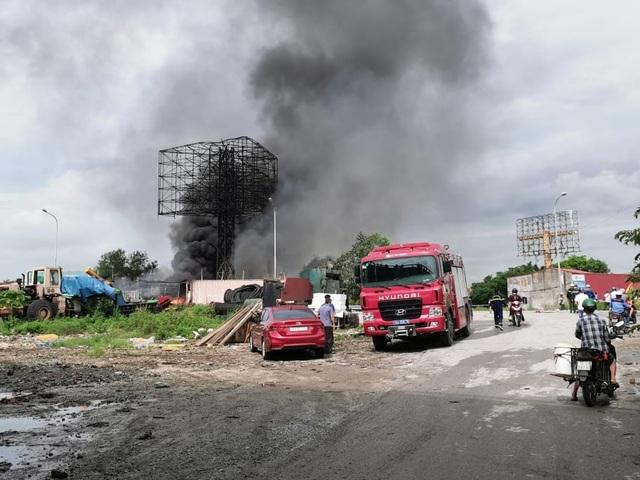 Cháy xe tec chở dầu, lửa lan rộng cả kho bãi xăng dầu - 1