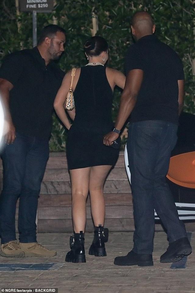 Kylie Jenner mặc váy bó, lái xe triệu đô ra phố - 4