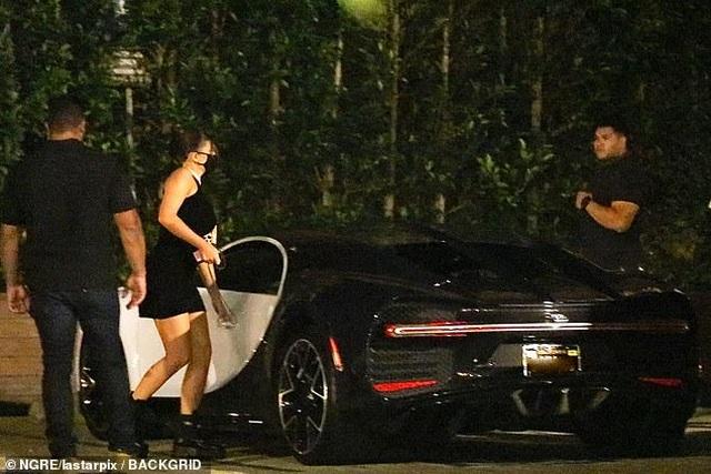 Kylie Jenner mặc váy bó, lái xe triệu đô ra phố - 3