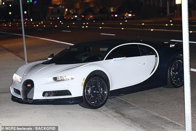 Kylie Jenner mặc váy bó, lái xe triệu đô ra phố - 2