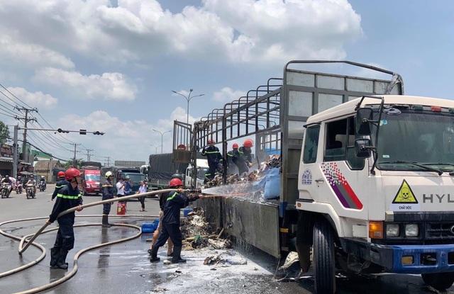 Xe tải chở hoá chất bốc cháy ngùn ngụt trên Quốc lộ 51 - 2