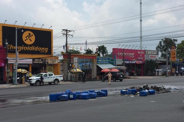 Xe tải chở hoá chất bốc cháy ngùn ngụt trên Quốc lộ 51 - 3