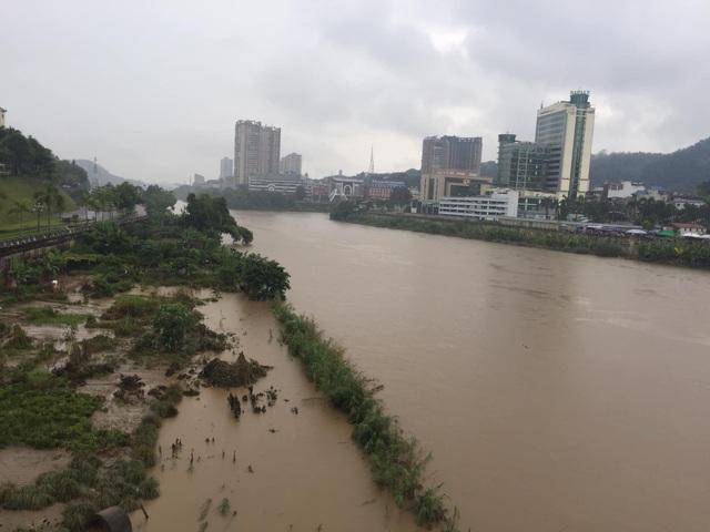Cận cảnh nước lũ dâng cao ở nơi con sông Hồng chảy vào đất Việt - 3