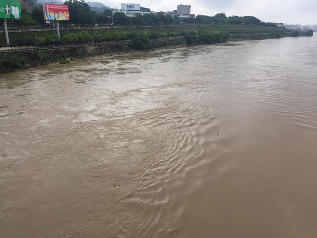 Cận cảnh nước lũ dâng cao ở nơi con sông Hồng chảy vào đất Việt - 2