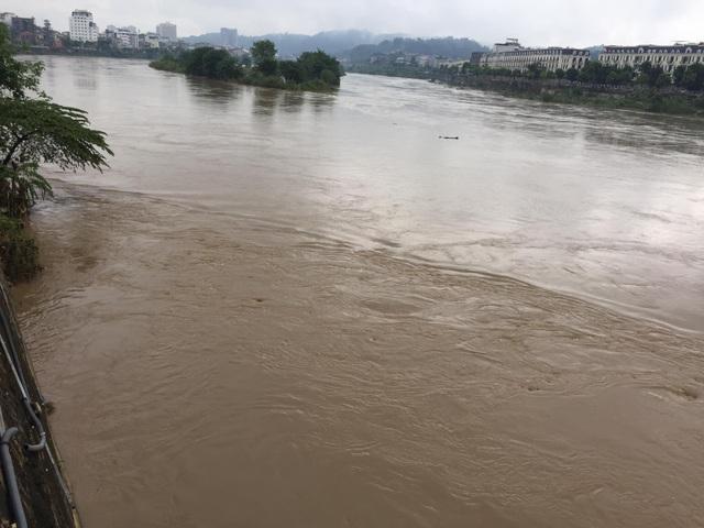 Cận cảnh nước lũ dâng cao ở nơi con sông Hồng chảy vào đất Việt - 5