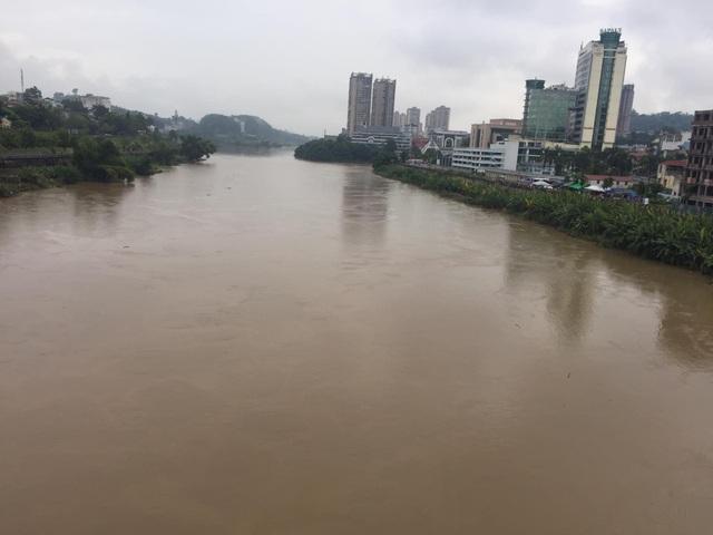 Cận cảnh nước lũ dâng cao ở nơi con sông Hồng chảy vào đất Việt - 1