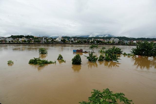 Cận cảnh nước lũ dâng cao ở nơi con sông Hồng chảy vào đất Việt - 7