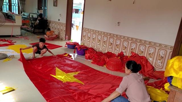Làng nghề may cờ Tổ quốc nhộn nhịp trước ngày Quốc khánh - 9