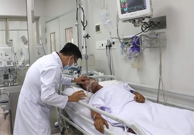 Vụ ôm rắn hổ mang chúa đi cấp cứu: Sức khỏe nạn nhân diễn biến phức tạp - 1