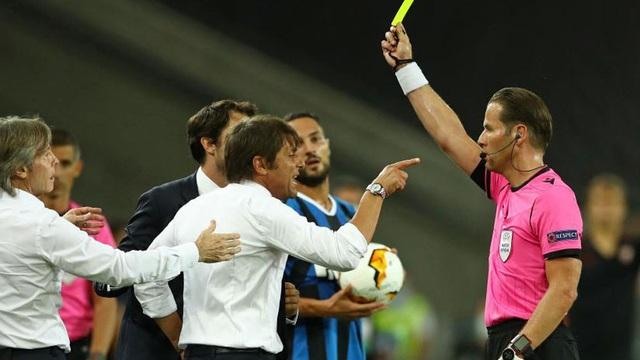 Bị cầu thủ Sevilla chế nhạo, HLV Conte bốc hỏa, suýt lao vào ẩu đả - 2