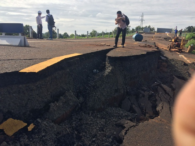 """Đường 250 tỷ nứt toác như động đất: Gần 1 năm """"đắp chiếu"""" - 2"""