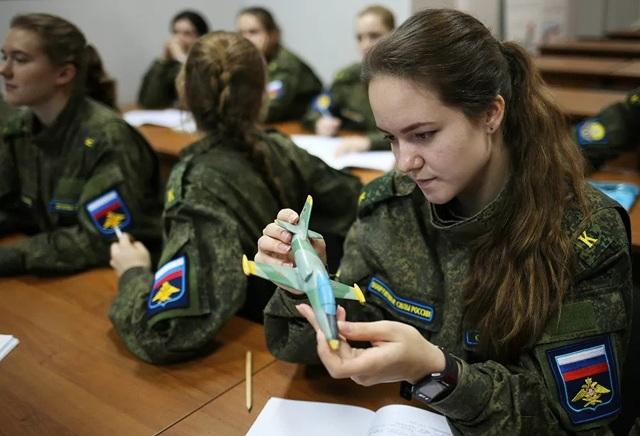 Vẻ đẹp của những nữ phi công quân sự tương lai Nga - 10