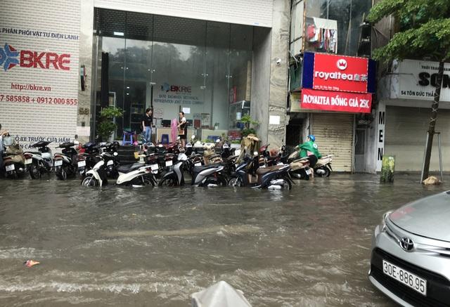 Đường Hà Nội mênh mông nước, xe bơi trên phố cổ - 8