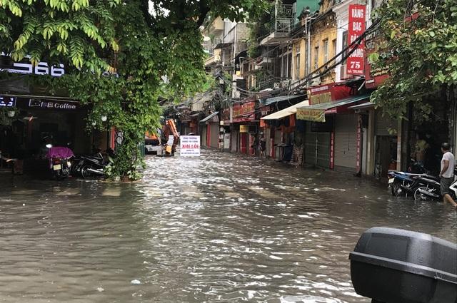 Đường Hà Nội mênh mông nước, xe bơi trên phố cổ - 6