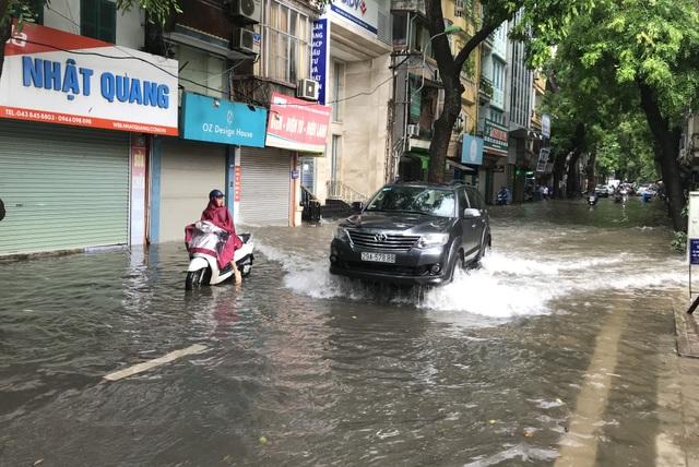 Đường Hà Nội mênh mông nước, xe bơi trên phố cổ - 7