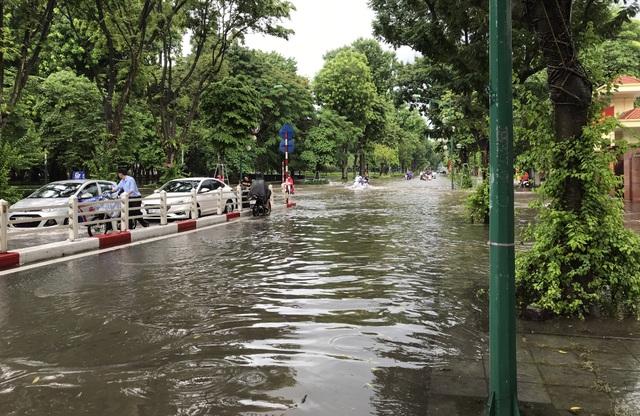 Đường Hà Nội mênh mông nước, xe bơi trên phố cổ - 10