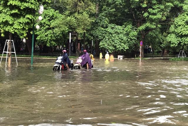 Đường Hà Nội mênh mông nước, xe bơi trên phố cổ - 3