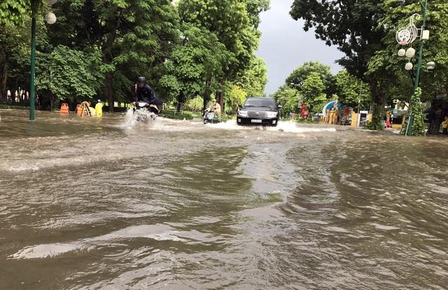 Đường Hà Nội mênh mông nước, xe bơi trên phố cổ - 1