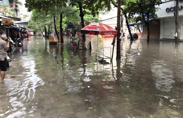 Đường Hà Nội mênh mông nước, xe bơi trên phố cổ - 5
