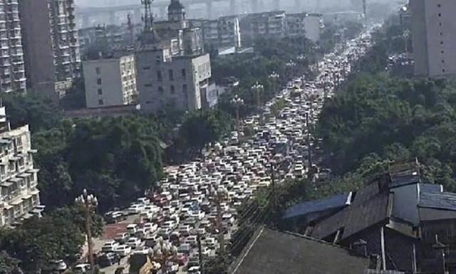 Trung Quốc: Người Lạc Sơn hốt hoảng đi sơ tán vì vụ rò rỉ hóa chất - 1
