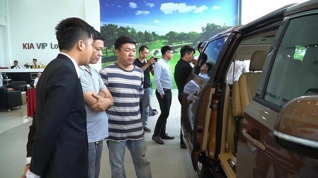 Nhập khẩu ô tô bất ngờ tăng mạnh mặc sức mua trong nước ảm đạm - 1