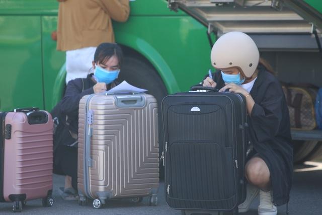 """Đưa người lao động Quảng Ngãi bị """"mắc kẹt"""" ở Đà Nẵng về quê - 2"""