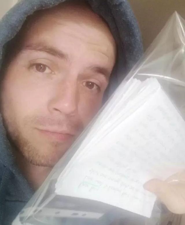 Chàng trai viết hơn 100 lá thư tình để tìm người phụ nữ mới gặp 1 lần - 2