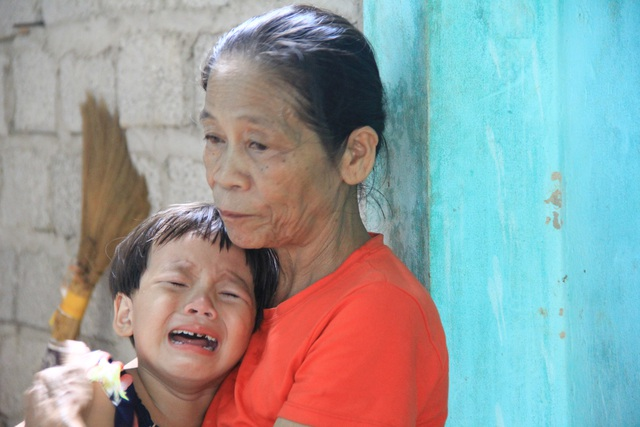 Đau nhói lòng cảnh anh em mồ côi khóc lạc giọng: Khi nào thì mẹ về với con? - 4