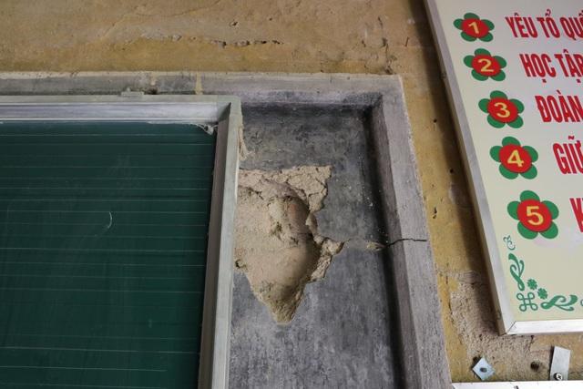 Hàng chục thầy trò nơm nớp lo sợ dưới mái trường chờ sập, vữa rơi từng mảng - 4