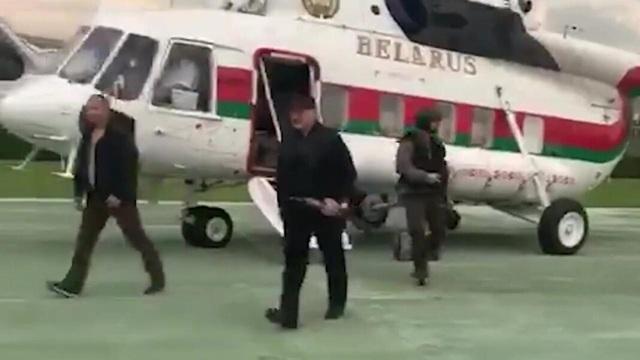 Video Tổng thống Belarus mang súng trường gây chú ý giữa lúc biểu tình - 1