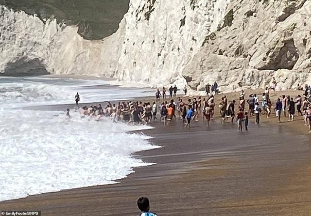 Hàng chục người nắm tay nhau thành sợi dây cứu nạn nhân đuối nước - 3
