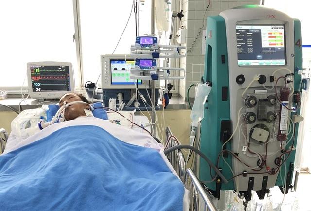 """Bệnh nhân """"ôm"""" rắn hổ chúa đi cấp cứu đang phải thở máy, lọc máu - 1"""