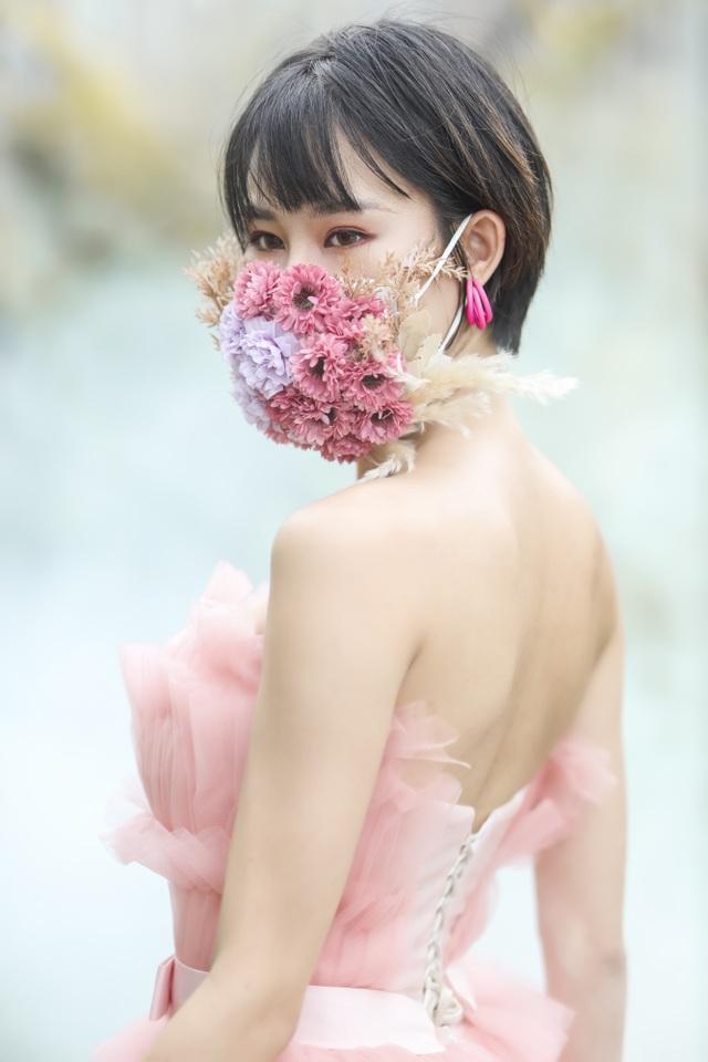 Hoa hậu đầu quân cho VTV cảnh báo nhiều người lơ là trước diễn biến dịch - 1