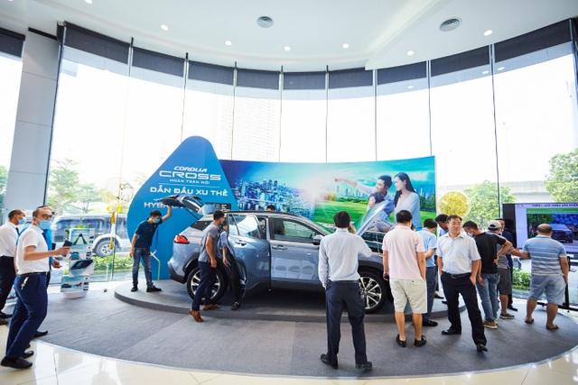 Toyota Corolla Cross bắt đầu về đại lý, khách nườm nượp xem và đặt cọc - 4